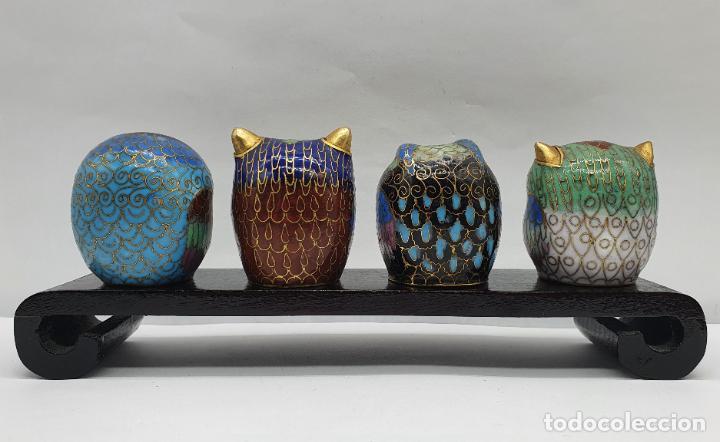 Arte: Bella colección antigua de búhos en cloisonne sobre tarima de madera lacada, hecho en Beijing . - Foto 3 - 236962120