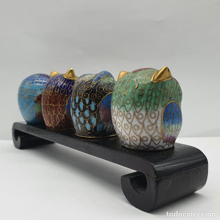 Arte: Bella colección antigua de búhos en cloisonne sobre tarima de madera lacada, hecho en Beijing . - Foto 4 - 236962120