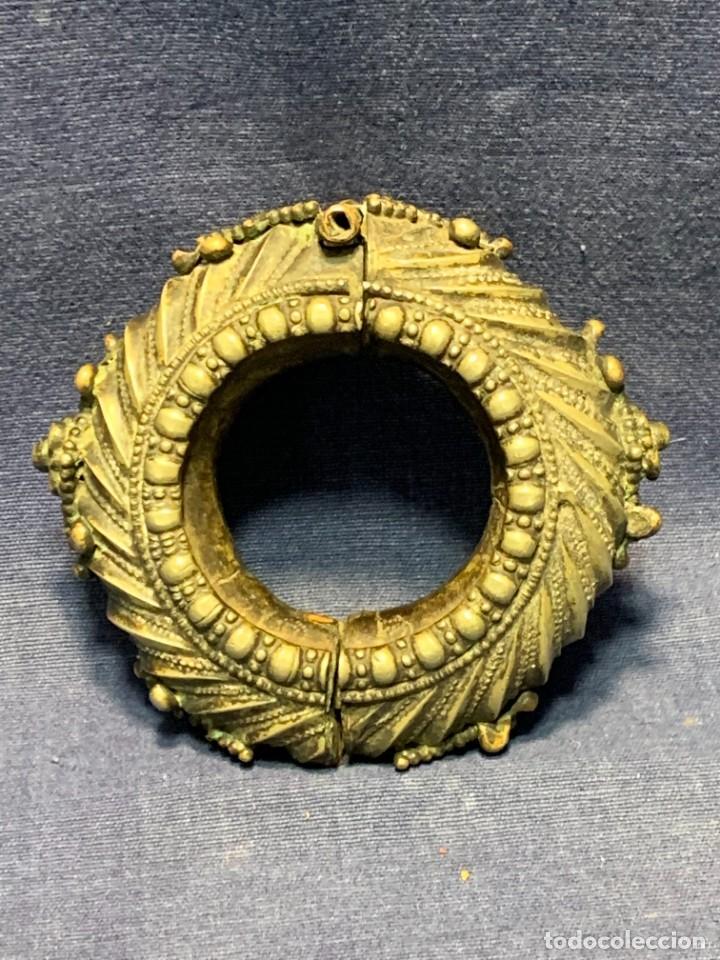 BRAZALETE DOS MITADES MUJER METAL PLATEADO PLATA BAJA INDIA INDONESIA S XIX 10X3CMS (Arte - Étnico - Asia)