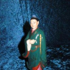 Arte: ANTIGUA FIGURA CHINA JAPÓN ORIENTAL PORCELANA BISCUIT Y VIDRIADA ORO SELLADA EN LA BASE. Lote 250149125