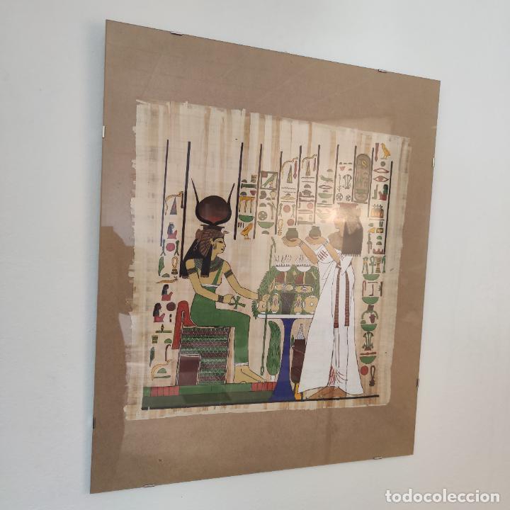 PAPIRO EGIPCIO ENMARCADO CON CRISTAL. HATHOR Y SIRVIENTA O SACERDOTISA. 42 X 40 CM. (Arte - Étnico - África)