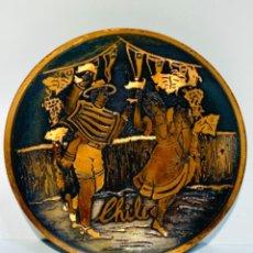 Arte: PLATO DE COBRE RICAMENTE ORNAMENTADO VACIADO ESCENA PAREJA BAILANDO. ARTESANAL. CHILE. AÑOS 70.. Lote 252471080