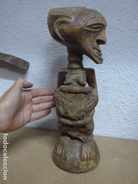 Arte: Antigua escultura de madera tallada africana, fetiche, original de tribu songye del congo. Africa. - Foto 3 - 253725760
