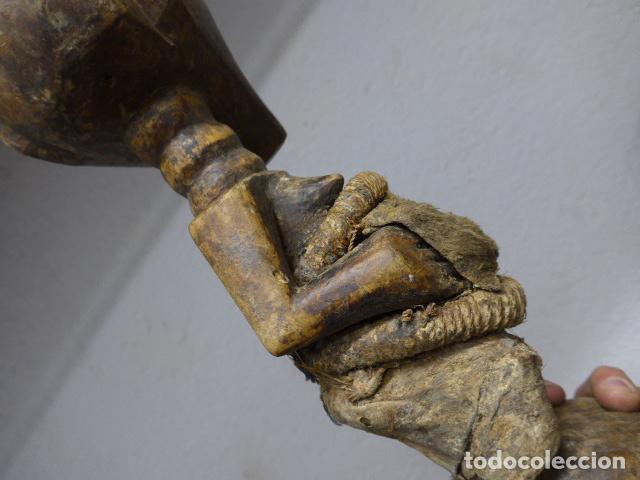 Arte: Antigua escultura de madera tallada africana, fetiche, original de tribu songye del congo. Africa. - Foto 11 - 253725760