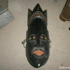 Arte: MASCARA AFRICANA TALLA DE MADERA CON PENDIENTES MEDIDA 28 X 11 CM.. Lote 254397700