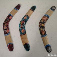 Art: LOTE DE 3 BOOMERANG DE MADERA, PINTADOS A MANO, RANA, SERPIENTE Y LAGARTO, UNOS 39 CMS. DE LARGO. Lote 255484895