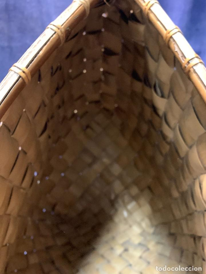 Arte: GRAN CESTO VERTICAL CANASTO FIBRA VEGETAL TRENZADA PALMA INDONESIA MITAD S XX 53x53x24cms - Foto 10 - 257395855