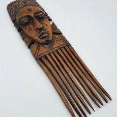 Arte: ORIGINAL PEINE ANTIGUO AFRICANO EN MADERA NOBLE BELLAMENTE TALLADA A MANO, CON CARA EN RELIEVE .. Lote 258143660