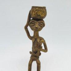 Arte: ORIGINAL ESTATUILLA ANTIGUA AFRICANA EN BRONCE MACIZO, MAMA AMAMANTANDO A SU BEBÉ, HECHO EN BENÍN .. Lote 263046120