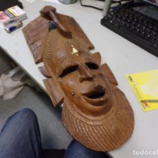 Arte: GRAN MASCARA AFRICANA DE MADERA TALLADA CON INCRUSTRACIONES DE HUESO O MARFIL 46 CM LARGO. Lote 266852319