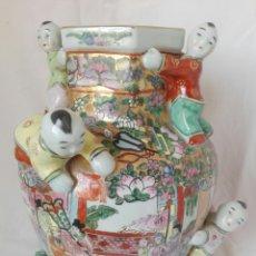 Arte: MAGNÍFICO JARRÓN DE PORCELANA CHINA FAMILIA ROSA CON SEIS NIÑOS EN RELIEVE 35 CM. Lote 269080553