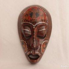 Arte: MÁSCARA TRIBAL AFRICANA TALLADA Y PINTADA A MANO SOBRE MADERA CON INCRUSTACIONES DE NACAR. Lote 270620758