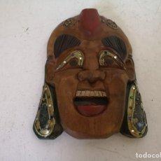 Art: MASCARA TALLADA EN MADERA, PINTADA A MANO, CON DETALLE EN LATÓN, UNOS 27 X 29 CMS.. Lote 276475158
