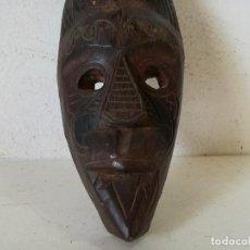 Arte: MÁSCARA TALLADA A MANO EN MADERA, AFRICANA, UNOS 30 CMS. ALTO. Lote 276493218