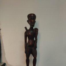 Arte: ANTIGUA TALLA DE MADERA AFRICANA ,TALLA FIGURADA CON ARMA Y ANIMAL EN EL HOMBRO. Lote 284375218