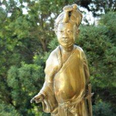 Arte: GRAN FIGURA JAPONESA EN BRONCE DE SAMURAI EN ACTITUD DIALOGANTE SOBRE PEANA. Lote 286240703