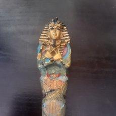 Arte: REPRODUCCIÓN EN MINIATURA DE UN ANTIGUO SARCÓFAGO EGIPCIO CON MOMIA. Lote 287653278