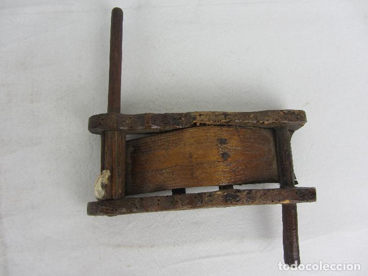 Arte: Carraca antigua de la zona pirenaica, instrumento etnográfico muy interesante, siglos XVIII - XIX - Foto 3 - 288714553