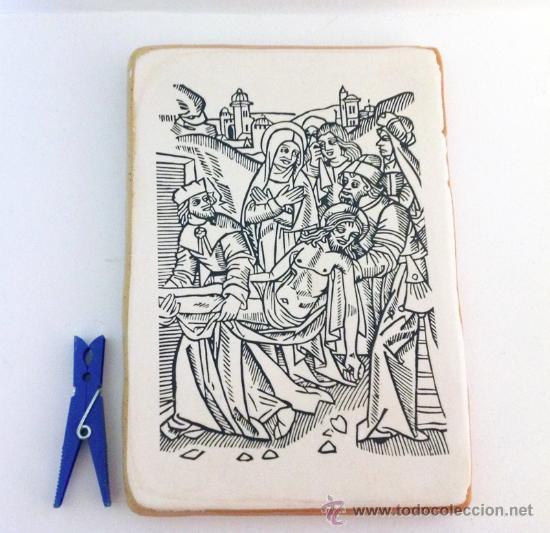 GRABADO ANTIGUO DESCENDIMIENTO DE LA CRUZ IMPRESO SOBRE BALDOSA DE BARRO 20X14CM. (Arte - Grabados - Modernos siglo XIX)