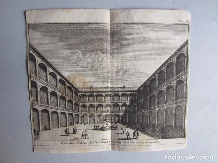 1707-CLAUSTRO MONASTERIO DEL ESCORIAL MADRID.DELICES ESPAÑA.GRABADO ORIGINAL JUAN ALVAREZ COLMENAR (Arte - Grabados - Antiguos hasta el siglo XVIII)