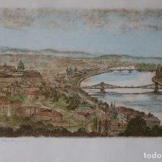 Arte: CSURGÓI MÁTÉ LAJOS (1931/2001) GRABADO COLOREADO DE30X16 ENMARCADO EN 49X41.PANORAMA BUDAPEST. Lote 112274791
