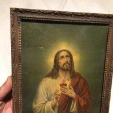 Arte: ANTIGUO CUADRO CON LÁMINA RELIGIOSA DEL CORAZÓN DE JESÚS MARCO CON MOLDURA AÑOS 50. Lote 152373586