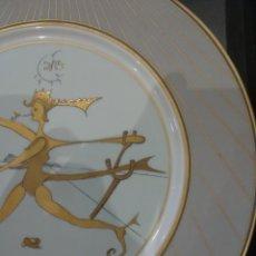 Arte: PLATO DE PORCELANA SERIGRAFIADA CON LA DANZA INFINITA DE SALVADOR DALI, DECORADO CON ORO DE LEY. Lote 167508264