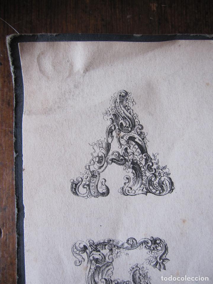 Arte: ANTIGUO GRABADO CON ALFABETO TIPOGRAFIA ESTILO ROCOCÓ. 16 X 23,5 CM (LAS DOS HOJAS) - Foto 2 - 207231220