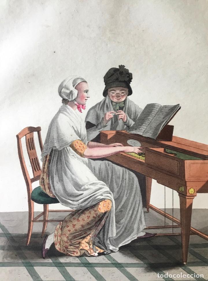 GRABADO COLOREADO. UNE MÈRE ET SA FILLE MEMBRES DE LA SOCIÉTÉ... AMSTERDAM 1803 BY E. MAASKAMP. (Arte - Grabados - Modernos siglo XIX)