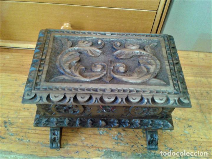 Arte: Joyero cofre de madera tallada y con su llave. Como se puede apreciar está en buen estado, años 60 - Foto 2 - 237408965