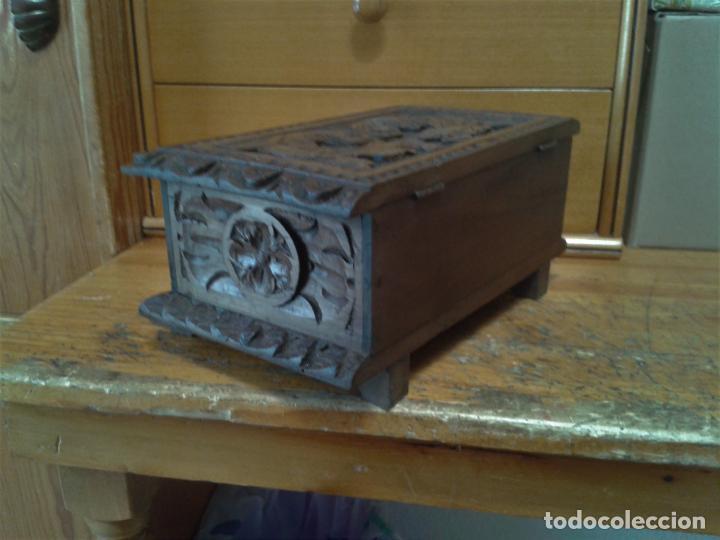 Arte: Joyero cofre de madera tallada y con su llave. Como se puede apreciar está en buen estado, años 60 - Foto 3 - 237408965