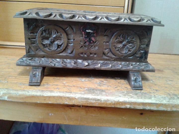 Arte: Joyero cofre de madera tallada y con su llave. Como se puede apreciar está en buen estado, años 60 - Foto 4 - 237408965