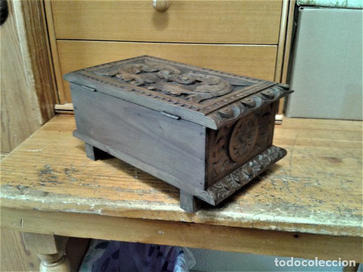 Arte: Joyero cofre de madera tallada y con su llave. Como se puede apreciar está en buen estado, años 60 - Foto 5 - 237408965