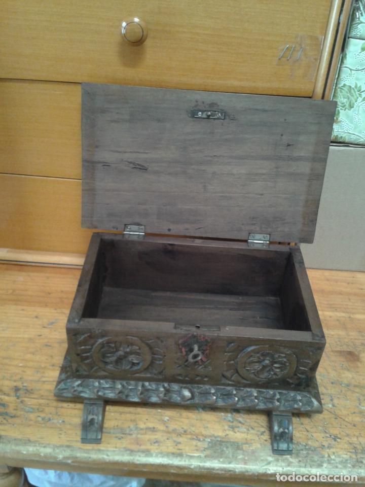 Arte: Joyero cofre de madera tallada y con su llave. Como se puede apreciar está en buen estado, años 60 - Foto 6 - 237408965