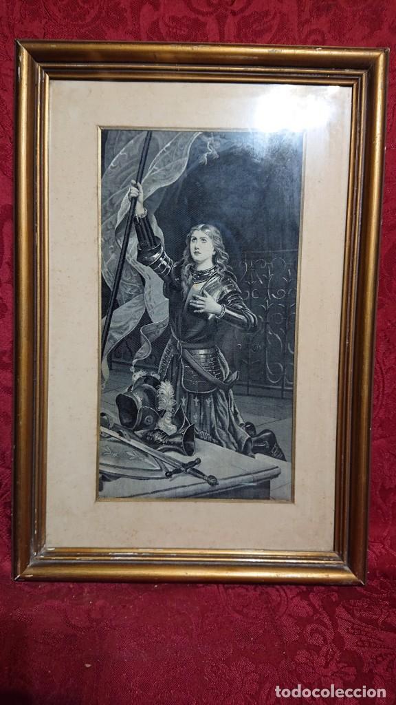 GRABADO SIGLO XIX ENMARCADO - JUANA DE ARCO CON ARMADURA, ARRODILLADA SOSTENIENDO PENDON (Arte - Grabados - Modernos siglo XIX)