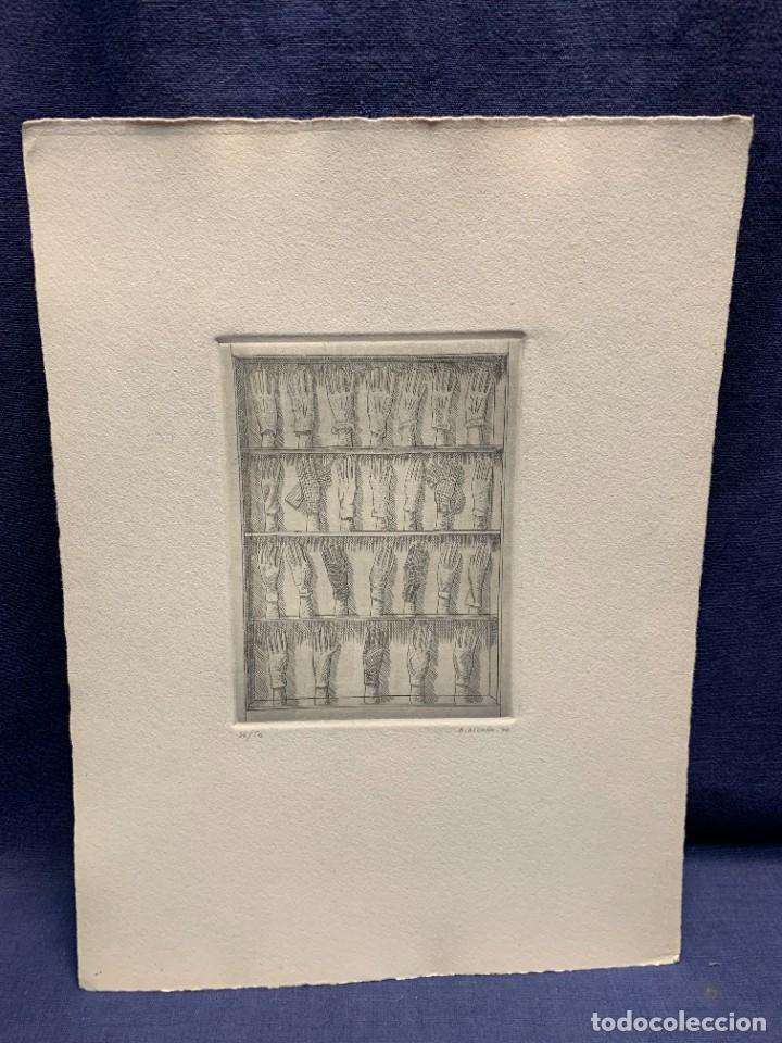GRABADO FIRMADO A. ALCAIN 1970 36/50 EXPOSITOR GUANTES 35X26CMS (Arte - Grabados - Contemporáneos siglo XX)