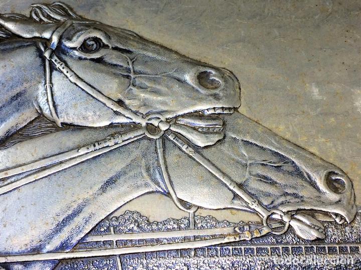 CARRERA DE CABALLOS. CARTÓN GOFRADO. ACABADO COLOR PLATA. EUROPA. XIX-XX (Arte - Huecograbado)