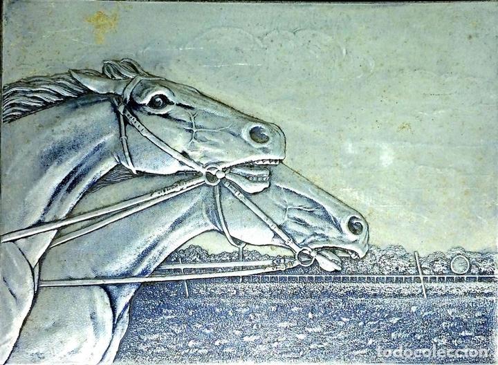 Arte: CARRERA DE CABALLOS. CARTÓN GOFRADO. ACABADO COLOR PLATA. EUROPA. XIX-XX - Foto 2 - 113926931