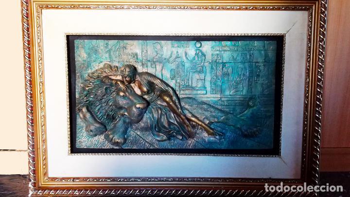 BONITO CUADRO DE - REINA EGIPCIA CON LEON - EN RELIEVE - SIMULACION DE BRONCE ( RESINA )AUTOR-YIHAI- (Arte - Huecograbado)