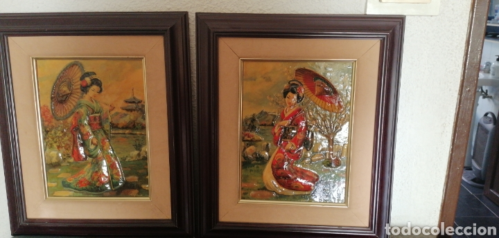 ANTIGUA PAREJA DE CUADROS EN RELIEVE DE DAMAS GEISHAS JAPONESAS (Arte - Huecograbado)