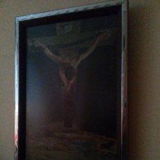 Arte: PRECIOSA Y ANTIGUA LÁMINA DE JESUCRISTO EN LA CRUZ. MARCO DE METAL PLATEADO. Lote 47326144