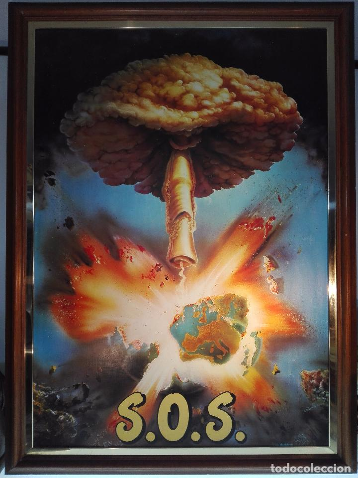 EXTRAÑO CUADRO CON LÁMINA SOBRE CHAPADO DE EXPLOSIÓN DE BOMBA ATÓMICA EN EL PLANETA TIERRA - 110X80- (Arte - Láminas Antiguas)