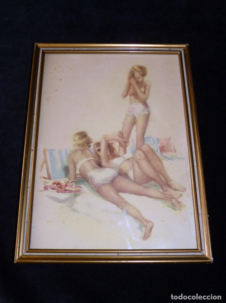 LÁMINA CROMOGRAFÍA CHICAS BAÑO PLAYA BIKINI. AÑOS 40. ENMARCADA, 25,5 X 19 CM. (Arte - Láminas Antiguas)