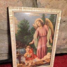 Arte: ANTIGUO CUADRO ENMARCADO CON LÁMINA INFANTIL DE ÁNGEL DE LA GUARDA CON NIÑO AÑOS 60. Lote 224781541