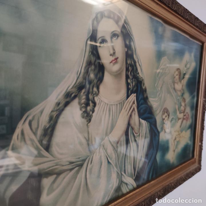 Arte: Antigua lámina religiosa. Virgen María rodeada de querubines. Marco y cristal. 87 x 45 cm. - Foto 2 - 267003214