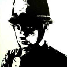 Arte: CUADRO DE BANKSY. REPRODUCCION SOBRE TABLA DE 50X40 CM. POLICIA HACIENDO DEDO. Lote 148548538