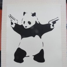 Arte: BANKSY-STREET ART-OSO PANDA PISTOLERO DEL 2005 FIRMADO A LAPIZ POR EL ARTISTA, 42 X 30 CMS. Lote 154115346