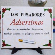 Arte: CERÁMICA PARA LA PARED O EXPUESTA EN UN PIE DE PLÁSTICO. DICE ASÍ: LOS FUMADORES ADVERTIMOS. QUE LAS. Lote 264832809