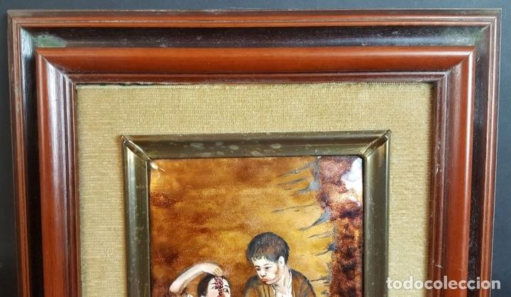 Arte: NIÑOS COMIENDO FRUTA. METAL ESMALTADO. MARCO DE PLATA. SIGLO XX. - Foto 3 - 99587839