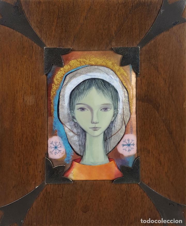 RETRATO DE JOVEN. ESMALTE SOBRE METAL. REMATES DE PLATA. CIRCA 1960. (Arte - Material de Bellas Artes)